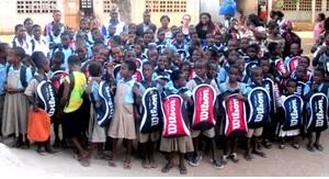 YMCA et Nid d'Ora se préoccupent de l'éducation des enfants démunis du quartier de Wuiti à Lomé et organisent distribution de fournitures scolaires pour eux