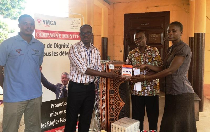 L'Union Chrétienne de Jeunes Gens améliore les conditions de vie des détenus du cabano du CHU Sylvanus Olympio à travers un don de matériels d'assainissement